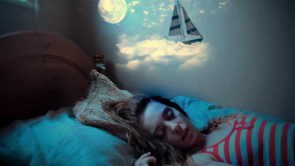 donna che sogna nel letto